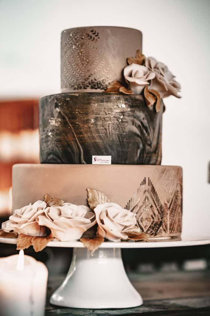Fondattorte marmoriert mit modellierten Rosen und Blattgold