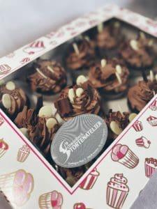 Schokoholic: Schokolade mit Schokohaube und Schokodekoration