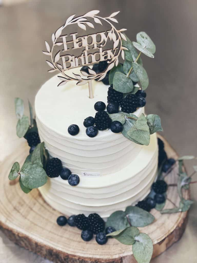 Zweistöckige Torte mit Beeren und Eucalyptus