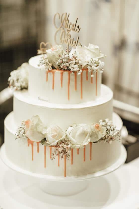 Hochzeitstorte weiß mit Blüten